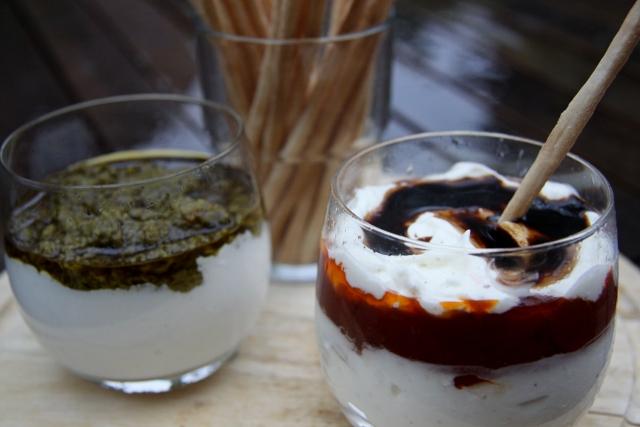 Dipsaus met geitenkaas en pesto en met mascarpone en tomatenchutney.