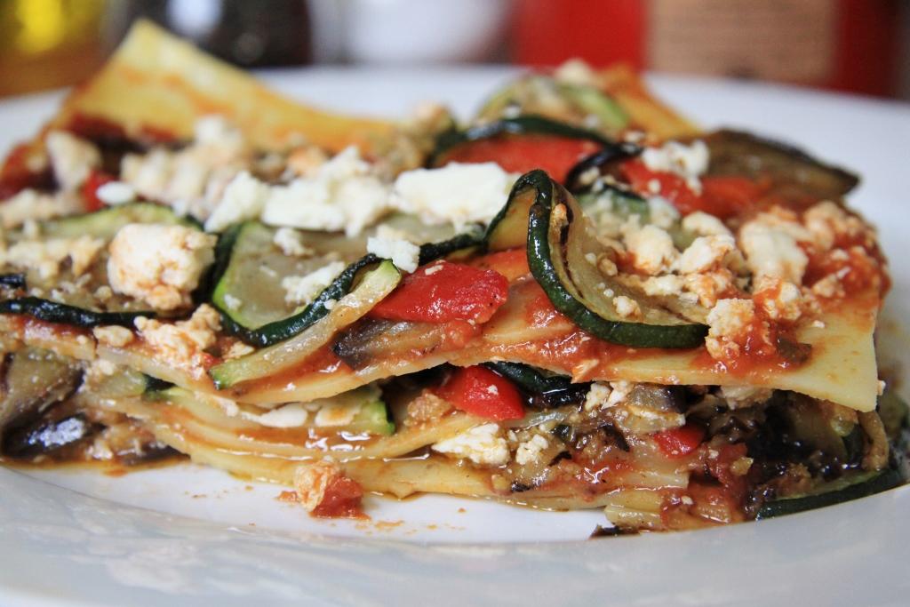 13-6-14.Lasagne met gegrilde groenten, verse tomatensaus, verbrokkelde feta en olijventapenade (1024x683)