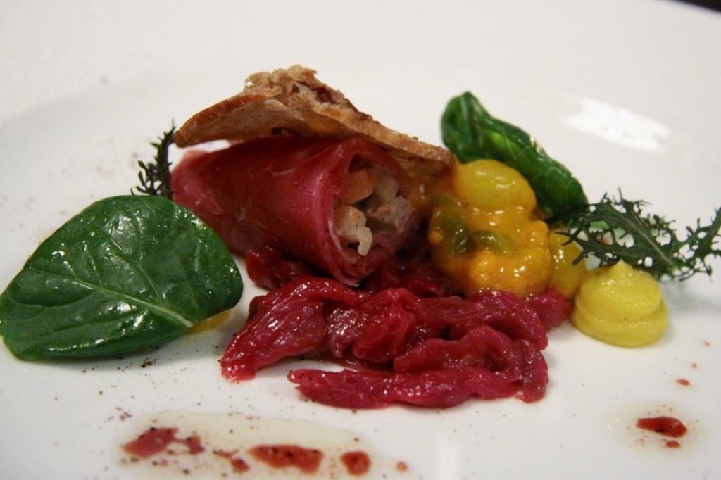 Tartaar van hert met een rolletje van rookvlees en huzarensalade met piccalilly