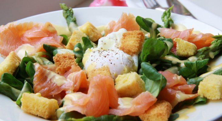 Salade met gerookte zalm, gepocheerde ei en briochecroutons
