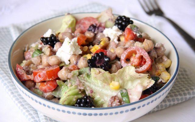 kleurige salade met kikkererwten