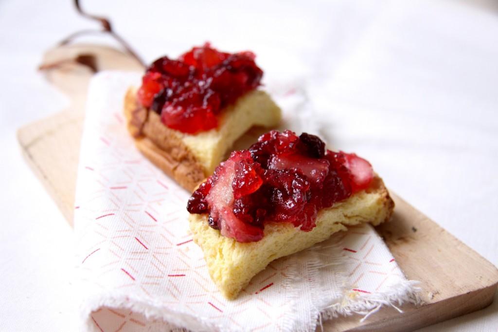 briochetoast met cranberry-perencompote