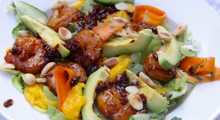 Aziatische salade met garnalen, mango en avocado