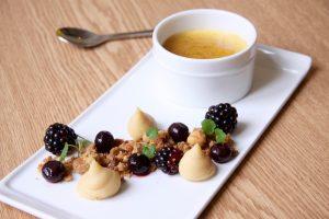 Crème brulée met hazelnoot, braam en bes