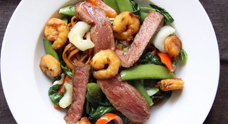 Noedels met garnalen en biefstuk