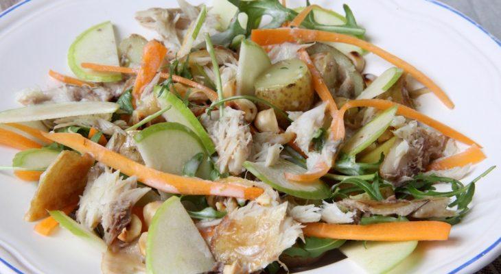 Salade met makreel, krieltjes, wortel, appel en cashewnoten
