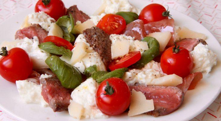 Salade met biefstuk, tomaat, mozzarella en rauwe ham