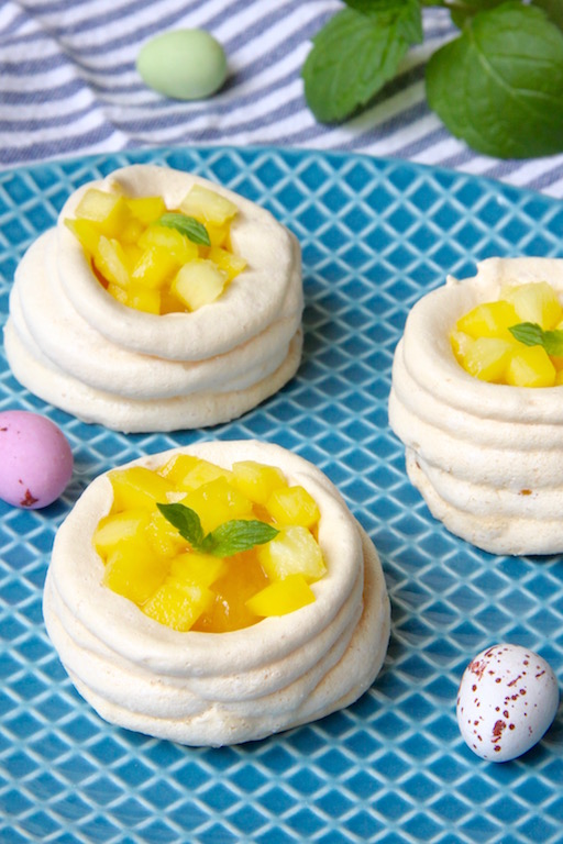 Meringue nestjes met ananas en mango