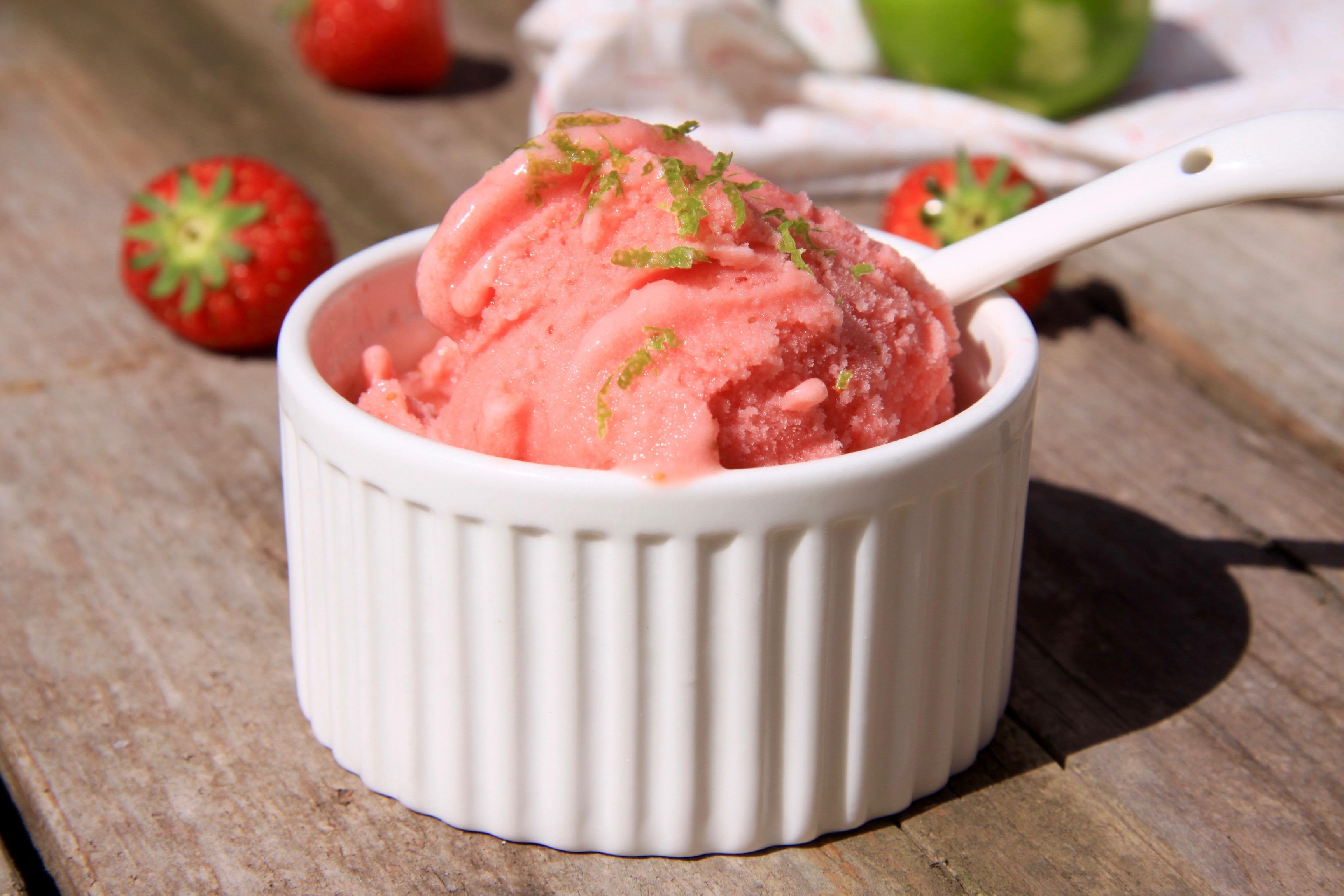 Aardbeien yoghurtijs met limoen