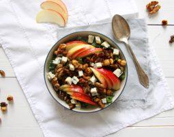 Boerenkoolsalade met appel, noten en blauwe kaas