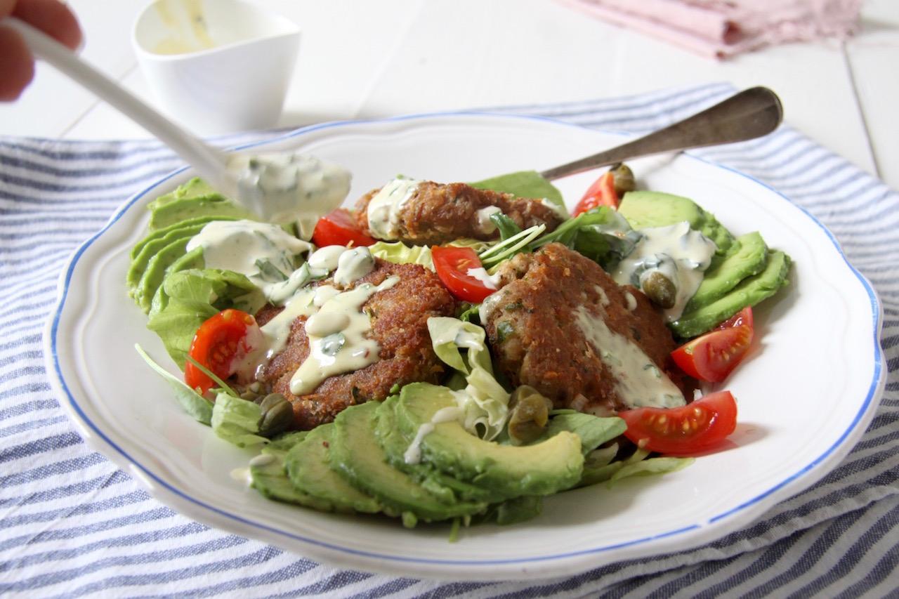 Salade met tonijn viskoekjes