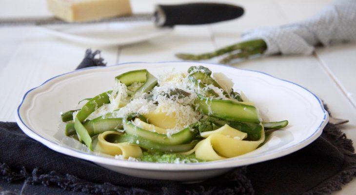 Pappardelle met groene asperges en doperwtenpuree